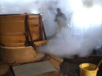 酒米が蒸し上がった後の作業なのですが、噴出す蒸気に圧倒されます。