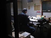 本仕込みのため、蔵の中にある検査室で準備する舞美人の蔵元・杜氏です。