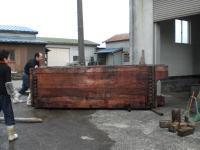 鉄のコロを使って、木槽を動かします。