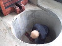 出てきた新酒を、一時的にためるタンクをこの中に入れるのですが、タンクを下に沈めるためかなりの重労働です。