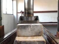 蓋の上に木片を積み上げ圧力を掛けるのですが、この接地面がずれていると木槽が壊れるので、神経を使います。