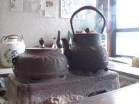 まだまだ寒い日が続きます。いつでも燗酒ができるように、火鉢に火を入れています。